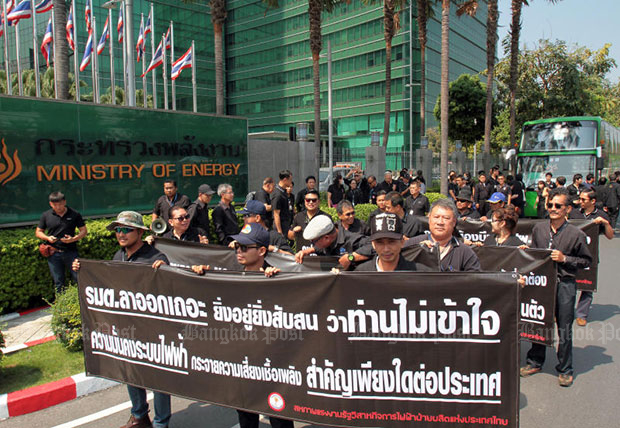 Members of the union of the Electricity Generating Authority of Thailand rally at the Energy Ministry on Wednesday against minister Siri Jirapongphan's means of ending the conflict over two new coal-fired power plants in the South, saying he exceeded his authority. (Photo: Tawatchai Kemgumnerd)