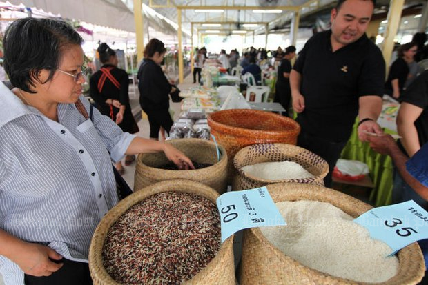 The prices for rice and other commodities are rising, a major reason for the first drop in consumer confidence in seven months. (File photo)
