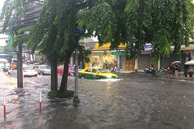 Motorists ease along flooded Chan Road in Sathon district, Bangkok, after summer storms dumped heavy rain on many areas of Bangkok and Thon Buri on Friday morning. (Photo from Tempura Azarashi @iTempura via @fm91trafficpro Twitter account)