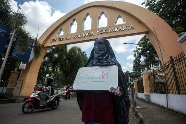 A student wearing a niqab face veil stages a protest against the ban on wearing niqabs on university grounds at the Sunan Kalijaga State Islamic University in Yogyakarta on March 8, 2018. (AFP photo)