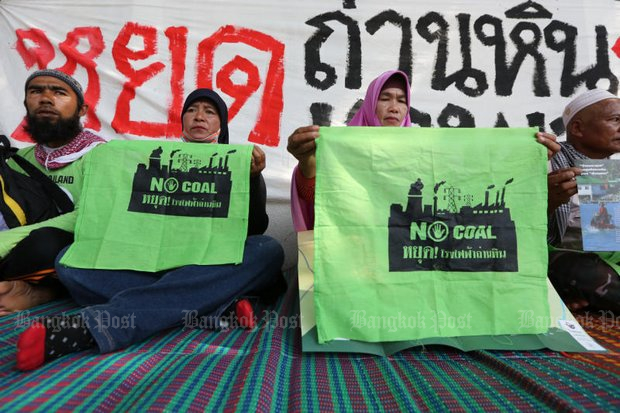 Protests on Bangkok pavements convinced the government to delay a decision on building a coal-fuelled power plant in Thepha district of Songkhla. (File photo)