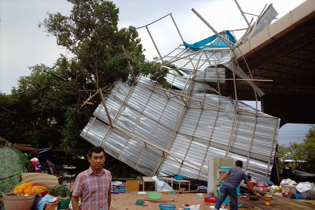 Storm damage in tambon Na Khoo of Na Kae district in Nakhon Phanom province on Thursday after Wednesday night's pounding. (Photo by Patanapong Seepiachai)