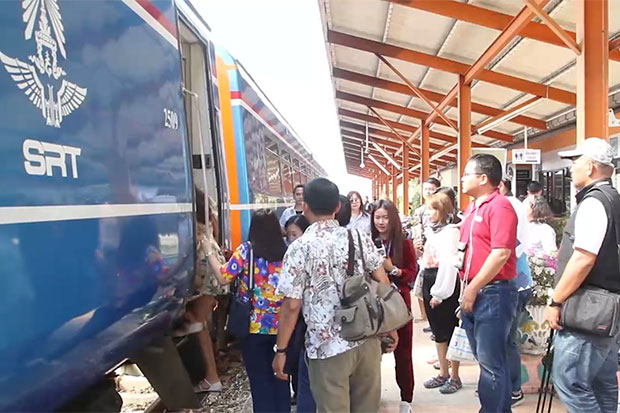 Media members board the Bangkok-Ban Phlu Ta Luang tourist train as it arrives at Pattaya station on Saturday following its inaugural run to the beach town. (Photo by Chaiyot Pupattanapong)