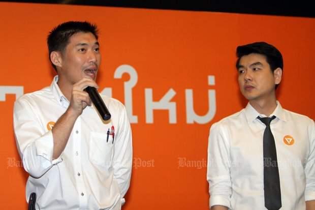 Leader and founder Thanathorn Juangroongruangkit and Thammasat University law lecturer Piyabutr Saengkanokkul introduced the Anakhot Mai (Future Forward) Party at an event last Thursday. (Photo by Apichart Jinakul)