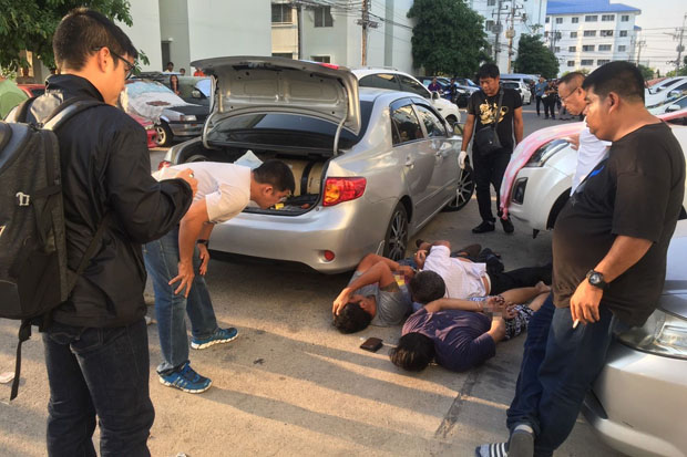 Police arrest the three alleged abductors on Sunday at a low-cost housing estate in Pathum Thani's Khlong Luang district. (Photo: CSD)