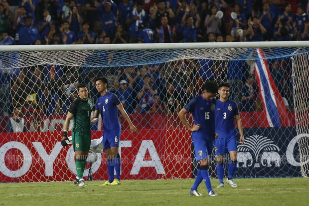 Thai players react after their team lost 3-2 to Slovakia in the King's Cup final at Rajamangala National Stadium on Sunday night. (Photo by Pattarapong Chatpattarasill)
