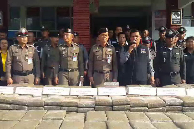 Police show the seized marijuana at the Tham Phannara police station in Nakhon Si Thammarat province on Thursday. (Photo by Nujaree Raekrun)