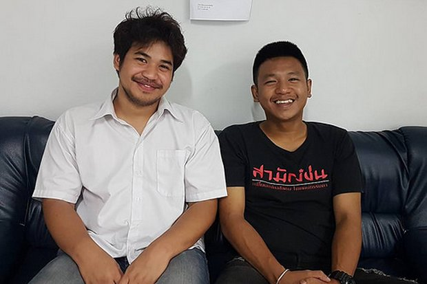 Jatupat 'Pai Dao Din' Boonpattararaksa (right) and Boonpattararaksa (left) and Vasin Prommanee, seen here at the time of their arrest, had charges dropped of violating the constitution referendum law. (Photo courtesy Prachrat)