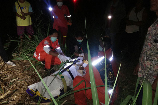 Rescue workers collect the body of Uthorn Kanthong, 69, a Nakhon Ratchasima farmer killed by a wild elephant in his sugarcane field overnight in Wang Nam Khieo district. (Photo by Prasit Tangprasert)