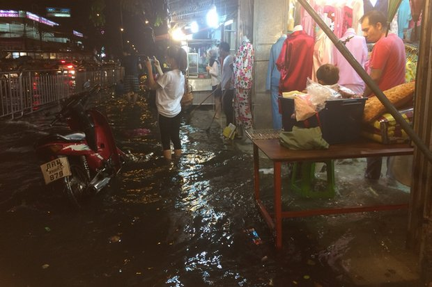 Streets and shops were flooded overnight in several parts of Bangkok, including the Huai Khwang area, above. (Photo Twitter/@js100radio)
