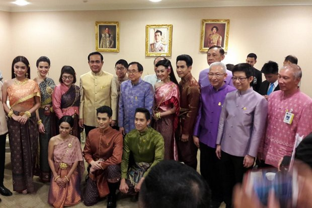 Prime Minister Prayut Chan-o-cha posed Tuesday with cast and production staff of the popular period soap opera Bupphaesannivas (Love Destiny) at Government House prior to the cabinet meeting. Both the prime minister and his Ministry of Culture are trying to cash in on the popularity of the show to 'cultivate a love of Thai history'. (Photo courtesy Government House)