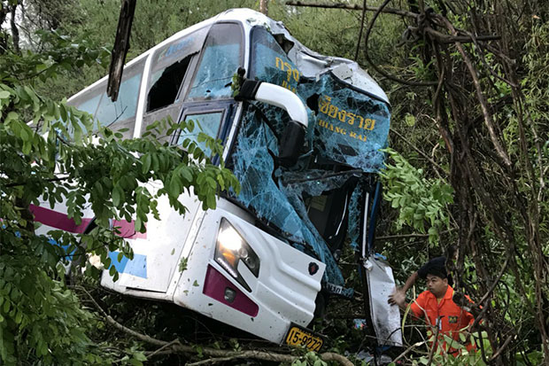 A Chiang Rai-bound interprovincial bus comes to a halt at a roadside ditch after veering off the road in Ngao district, Lampang, early Friday morning. (Photo by Ngao rescue association via rescue news Facebook page)