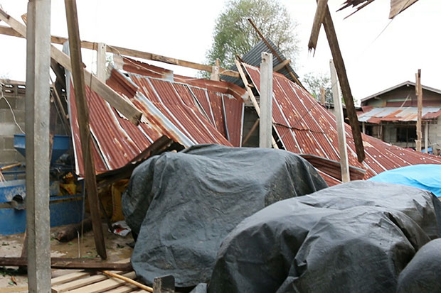 More than 100 houses in Ubon Ratana district, Khon Kaen, are left with no roofs as hailstorms and gusty winds hit several areas from Friday evening until Saturday morning. (Photo by Chakkrapan Natanri)