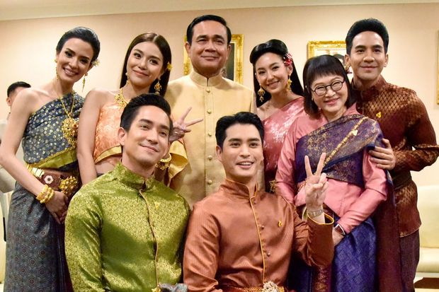 The cast and producers of the Thai soap 'Bupphaesannivas' (Love Destiny) during their visit to Government House on Tuesday. (Government House photo)