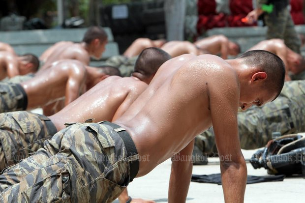 Police volunteers for the Naresuan 261 training, seen here doing press-ups, train at a military camp in Phetchaburi's Cha-am district. (Photos by Tawatchai Kemgumnerd)