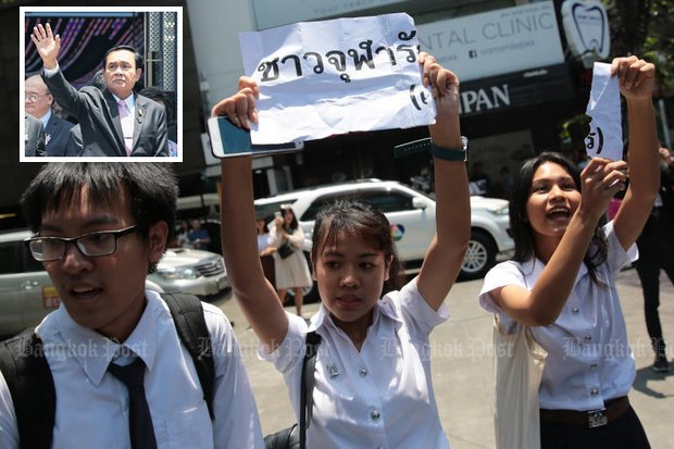A group of students tussled with security and held up a sign saying 'Chula loves Uncle Tu [the dictator]' when the prime minister (inset) was speaking to reporters before a speech at Chulalongkorn University. The sign was torn in the scuffle with security. (Photos by Wichan Charoenkiatpakul)