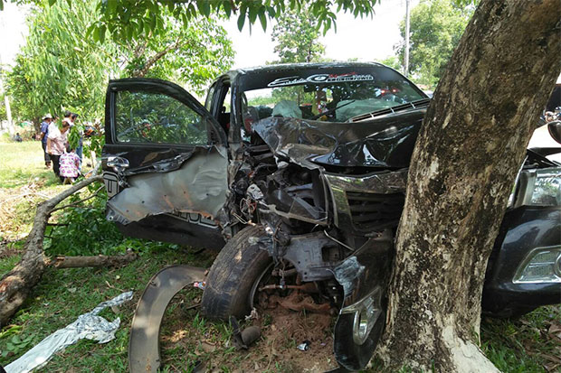 A woman was killed and 9 others, including the driver, were hurt when a pickup truck hit a roadside tree in Nakae district of Nakhon Phanom on Wednesday. (Photo by Pattanapong Sripiachai)