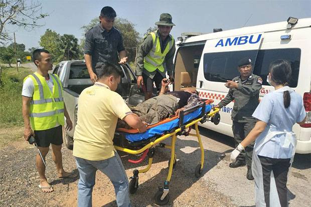 Rescue volunteers send Surasak Promsu, 44, to a local hospital as the villager sustains injuries to his ankle after stepping on a landmine along the border area in Ta Phraya district, Sa Kaeo province while collecting plants in a forest. (Photo by Sawat Ketngam)