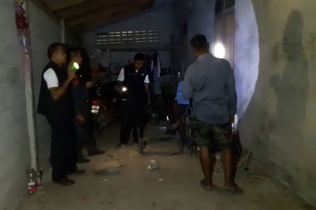Police search for evidence at a house in Thung Yai district, Nakhon Si Thammarat, where a fugitive gunman shot the son-in-law of his younger sister on Sunday. (Photo by Nujaree Raekrun)