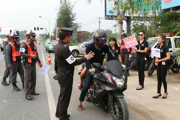 A traffic police officer reminds a biker to drive safely at a checkpoint on Mittaphab Highway in Muang district in Khon Kaen on Sunday. (Photo by Jakraphan Natanri)