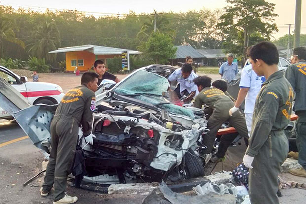 Rescue workers retrieve the injured and dead victims from the wreckage of an Isuzu MU7X which crashed into a ditch dividing a highway in Tha Sae district of Chumphon on the morning of April 16. Two of the five occupants were killed three others, including the driver, hurt in the crash. (Photo by Amnart Thongdee)