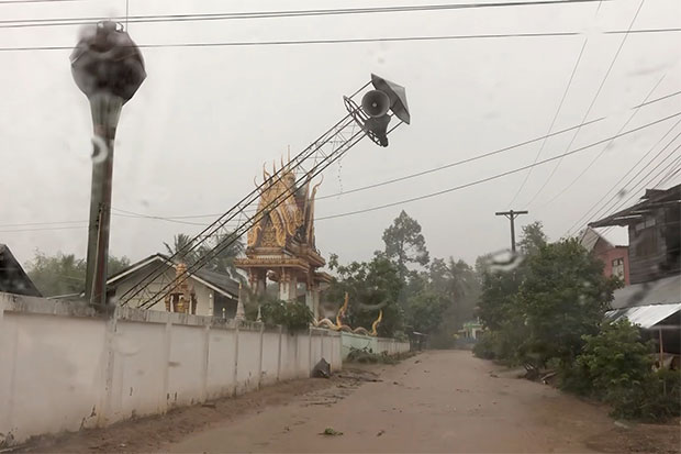A summer thunderstorm brought gusting winds to four districts in northeastern Kalasin province, bringing down several structures and ripping the roofs offmany houses on Wednesday. The storm and heavy rain continued today. (Photo by Yongyut Phupuangphet)