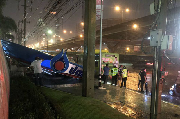 The bus stop in front of the head office of PTT Plc on Vibhavadi Rangsit Road collapsed in a rainstorm that hit Bangkok Friday night. (JS100 photo)
