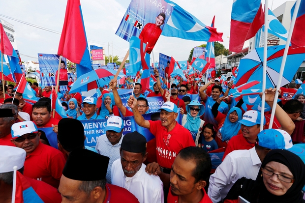 Supporters of the Malaysian opposition Alliance Of Hope march to a nomination centre on Langkawi island, where former premier mahathir Mohamad will seek a seat in the May 9 elections. (Reuters Photo)