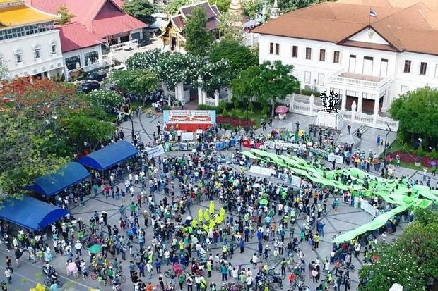 Thousands of people rallied over a wide area in Chiang Mai's old city to demand the regime teach down buildings and houses built for judicial employees in the foothills of Doi Suthep.Photo shows a crowd at the Chiang Mai City Hall and the Monument of the Three Kings (upper right). (FB/DoiSuthepMountain)