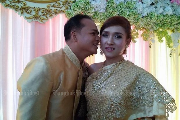 Groom Nathapit Tuntirichai and his bride, transgender Navin Pratumnak staged their own wedding in Phitsanulok on April 21, and invited family and the media. Their ceremony has no legal standing under current Thai law. (Post Today photo)