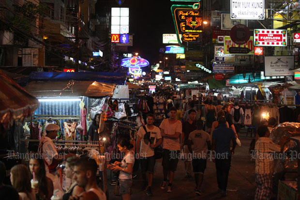 Tourists stroll along Khao San Road in Bangkok, a popular entertainment strip filled with pubs and street food. (File photo: Pawat Laopaisarntaksin)