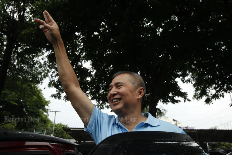 Somyot Prueksakasemsuk gestures to his supporters before going home after his release from Bangkok Remand Prison on Monday morning. (Photo by Pornprom Satrabhaya)