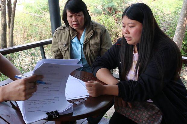 Panida Yotpanya (right), the whistleblower of the nationwide fraud, shows evidence to members of the media in Khon Kaen province on Feb 8. (Photo by Jakkrapan Natanri)