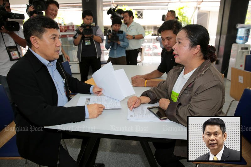 Thanittha Chanthanarerk (right), director of a welfare centre for the underprivileged in Samut Prakan, presents classified evidence and demands the prosecution of former permanent secretary Puttipat Lertchaowasit (inset) in the embezzlement of 90% of government welfare funds. (Photo by Chanat Katanyu)