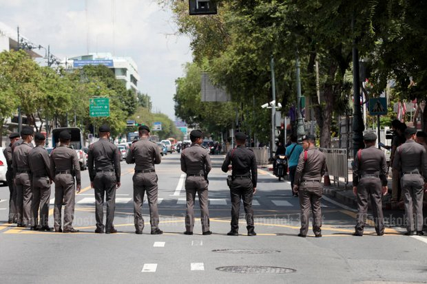 Bangkok police block off a street to contain a peaceful protest by members of the P-Move land rights advocacy group. The police did not attack the poor people on Wednesday. (Photos by Chanat Katanyu)