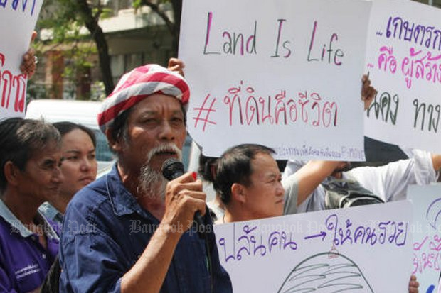 Activists from the P-Move activist group gather outside Government House asking why efforts to resolve land disputes facing the poor have stalled since the National Council for Peace and Order came to power in May 2014. (Photo by Thiti Wannamontha)xx