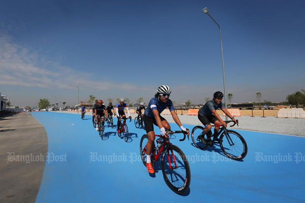 Cyclists take to the Sky Lane, in the northeast corner of Suvarnabhumi airport, when the cycling lanes were reopened after improvements on Dec 23, 2017. (Post Today photo)
