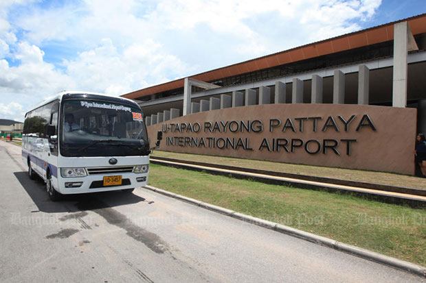 A new U-tapao bus travels past the sign in front of the airport in Ban Chang district of Rayong on Friday. (Photo by Thiti Wannamontha)