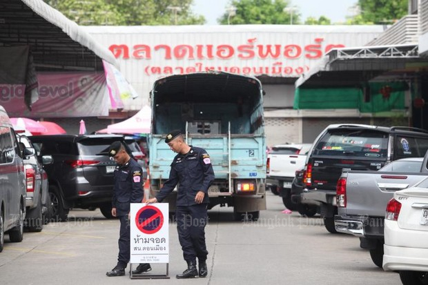 Police have blocked off the Don Mueang New Market (Talat Mai) and in four days have seized almost 300,000 illicit cosmetic and food supplement products.(Photo by Thiti Wannamontha)