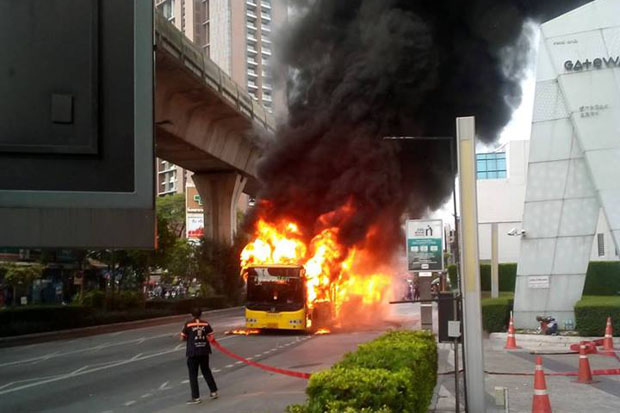 Flames engulf the air-conditioned No.40 bus on Sukhumvit Road in the Ekkamai area, Bangkok, on Tuesday morning. (Photo by the Ruamduay Chuaykan rescue foundation)