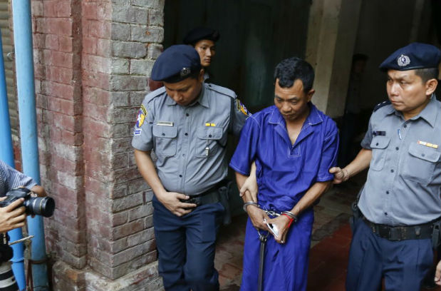 Detained witness police captain Moe Yan Naing (centre) escorted by police leaves the court after a hearing during the Reuters' journalists trial in Yangon, Myanmar, 09 May 2018. Reuters journalists Wa Lone and Kyaw So. (EPA photo)