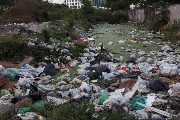 Plastic bags full of rubbish make up most of this nasty scenenear the RCAentertainment district on Kamphaeng Phet 7 Road. (M2F photo)