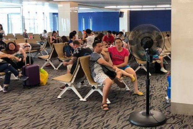 Authorities at Phuket airport have put fans in the departure lounge of the domestic airport but passengers say they do little to cool things down. (FB/tou.phuket)