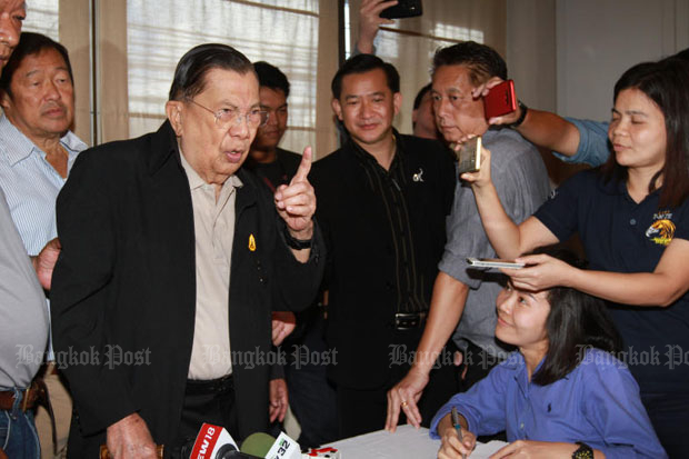 Former prime minister Chavalit Yongchaiyudh (left) talks to reporters at a Bangkok restaurant Friday. (Photo by Somchai Poomlard)