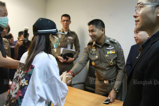 Pol Maj Gen Surachate Hakparn, deputy tourist police chief, shakes hands with Jincai Chen, 39, the ransomed Chinese woman, at a press conference at Suvarnabhumi airport police station in Samut Prakan province on Monday. (Photo by Somchai Poomlard)