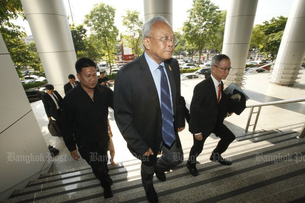 Suthep Thaugsuban (front), chairman of the People's Democratic Reform Committee Foundation, arrives at the Civil Court in Bangkok on Monday. (Photo by Pornprom Satrabhaya)