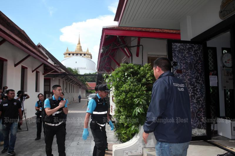 Police search Wat Sa Ket for a second time on Friday. The target of the search was the living quarters of abbot Phra Phrom Sitthi. (Photo by Apichart Jinakul)