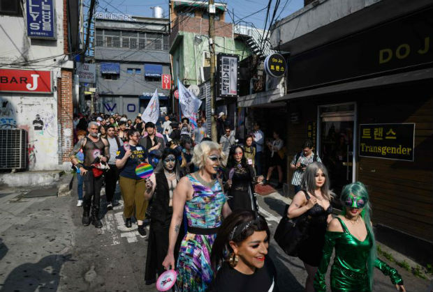 Participants of the 'Seoul Drag Parade' march in the Itaewon district of Seoul on Sunday. (AFP photo)