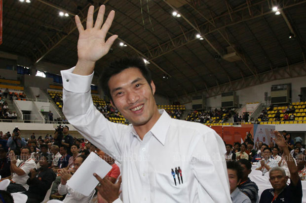 Future Forward Party leader Thanathorn Juangroongruangkit waves to supporters during the party's first public meeting at Thammasat University's Rangsit campus in Pathum Thani on Sunday. (Photo by Apichit Jinakul)