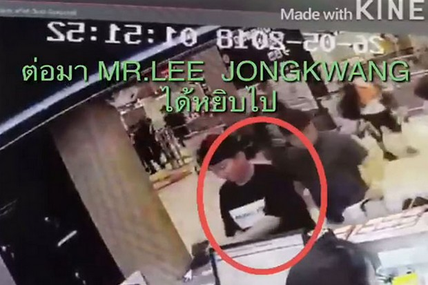 This photo grab from a security camera recording shows the suspect and the black purse that was left on a shop counter at Suvarnabhumi airport by another Korean tourist, before he allegedly stole it.(Photo supplied by Suthiwit Chayutworakan)